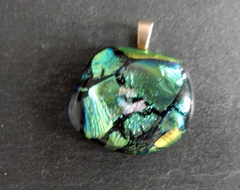 Gold and green shining dichroic glass pendant (Glasanhänger)