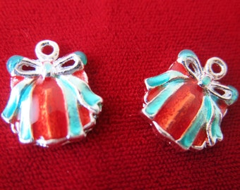 """5pc """"christmas present"""" charms in antique silver style (BC397)"""