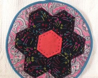FREE SHIPPING-Patchwork Pot Holder-Round Trivet-Quilted Mug Rug-Quilted Trivet-Honeycomb Trivet-Honeycomb Pattern-Chrıstmas-New Year