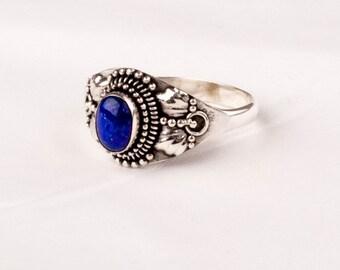 Exquisit Vintage Silver Ring with a fine Lapis Lazuli gem.