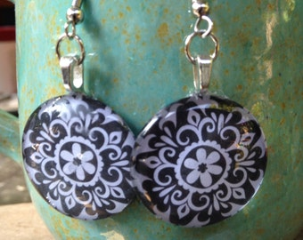Charming circle glass tile earrings in black flower!