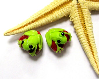 SMAUGGS handmade little frog-hearts, 2p (13mm x 13mm), glass, red, white, green, hole 2mm