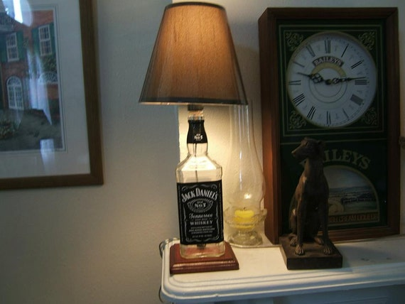 jack daniels alcool bouteille lampe avec base en bois. Black Bedroom Furniture Sets. Home Design Ideas