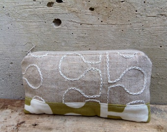 Embroidered pencil case in organic linen and cotton. Rustic and modern design for this little purse