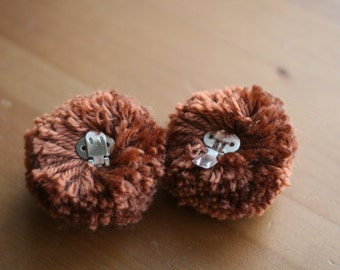 Large pom-pom shoe clips in rust
