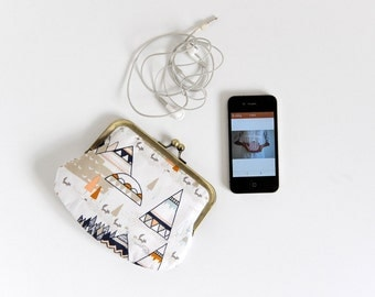 small kisslock wallet. white wallet. Indian. white purse. snap purse. retro purse. kisslock purse. coin purse. pouch.
