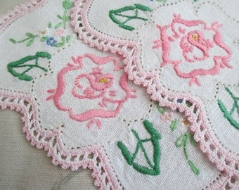 2 Pc Set Vintage Pink Rose Floral Embroidered Crochet Edge Doilies Doily Dresser Linen N17