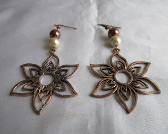 Southwestern style Copper color flower shape accent fashion earrings with dark and light brown color beads