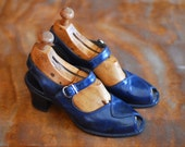 vintage 1940s shoes / 40s blue leather mary jane heels / size 5