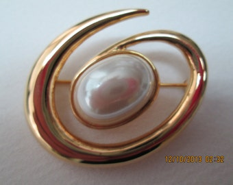 Monet pin oval gold and pearl swirl