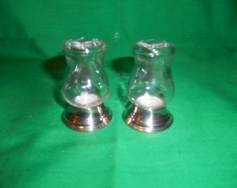 One (1) Set of Glass, Salt & Pepper Shakers, with Silver Plated Bottoms, from Newport Silver Plate in the YB-280 Pattern.