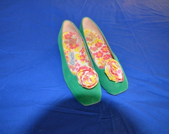 ON SALE  A Vintage Pair of Green Velvet Bedroon Slippers Size 5 1/2