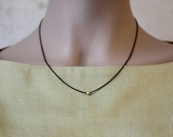Halskette Silber 925 Sterling & 8 Karat Gold: Punkt Kette - geschwärztes Silber mit kleiner Perle aus 8 karat Gold (333)