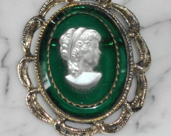Vintage White / Emerald Green Cameo Brooch in Gold Tone Metal, Not signed