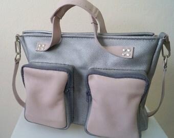 Bolso de viaje de ante plata y rosa combinado cremalleras grises. Elaborado en piel de vacuno y cosido a mano.