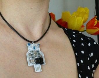 Twinkling LED White Retro Owl Electronic Necklace, Solar Powered.  Item 5001-11