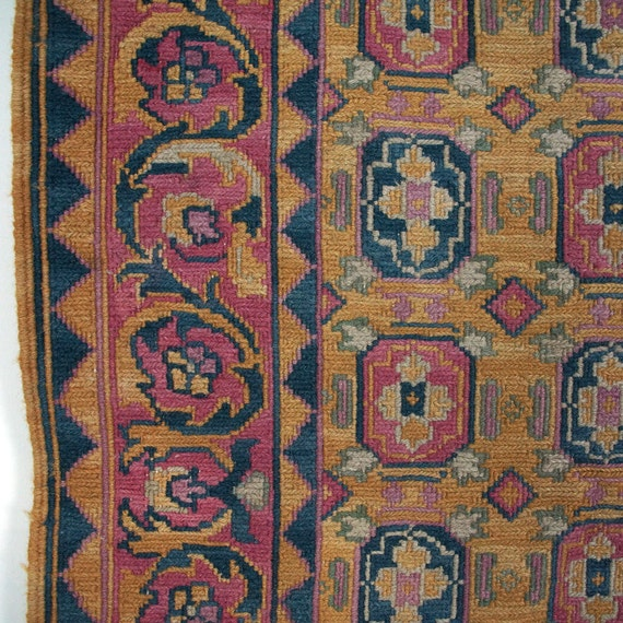 Vintage Effect Rug: Vintage Woven Rug With Border Design / 44.25 X 64