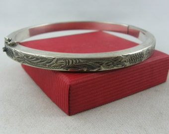 Age old silver bangle (Ag 835) with enchanting, graphic pattern. VINTAGE