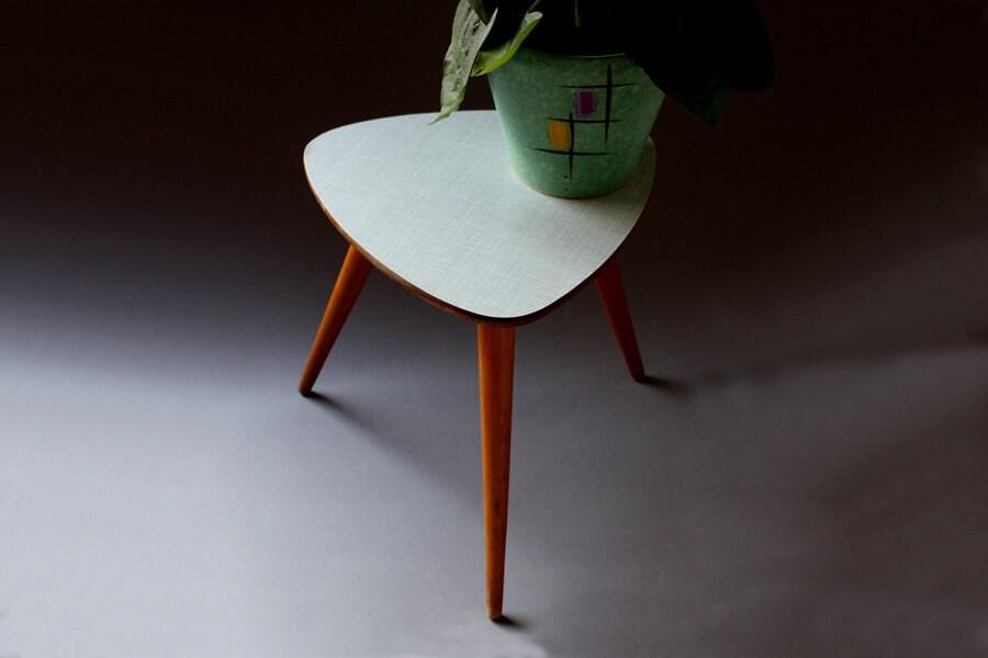 Blumenhocker beistelltisch hocker kleiner tisch dreieckig for Kleiner bartisch mit hocker