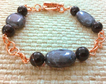 northern lights: chainmaille bracelet in copper, featuring labradorite and black agate