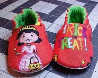 Halloween baby shoes,Trick or Treat,Baby Booties,Baby Shoe, Soft Sole Shoe, Rockabilly,Halloween baby booties
