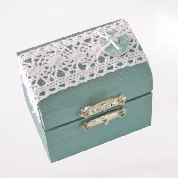 A vintage style wooden mini box,romantic ring box