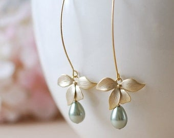 Sage Green Pearl Earrings with Gold Flower, Olivine Sage Green Wedding Bridal Earrings, Bridesmaid gift, Bridesmaid Earrings, Gift for Mom