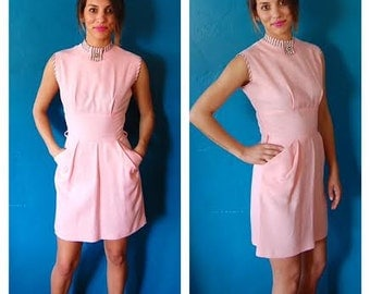 Vintage 80s Baby Pink Dress - Structured Sleeveless Dress w/ Broach and POCKETS - Size 2