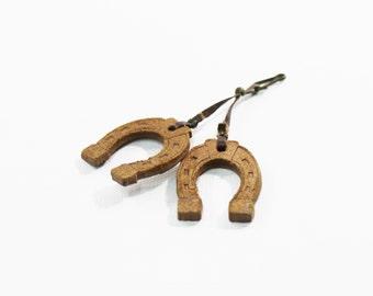 1940s pin fiber board double horse shoe novelty whimsy pendant charm dangle