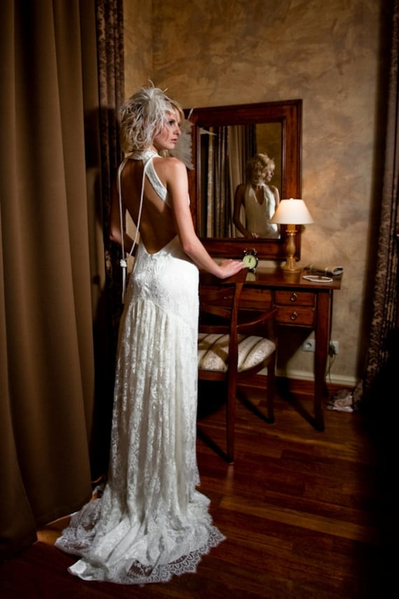 Lace long wedding dress with open back and train in retro for Vintage lace wedding dress open back