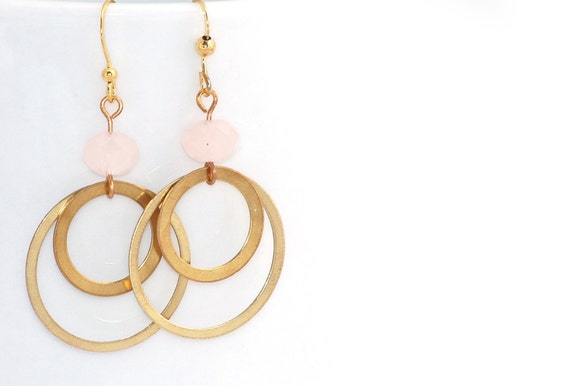 Boucles d'oreilles - Deux cercles en métal doré, et perle rose pastel