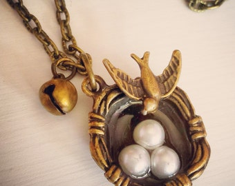 White pearl's bird's nest Necklace in antique brass.