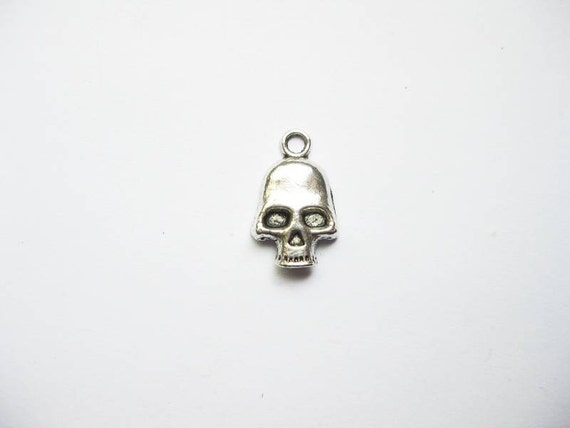 10 Skull Charms in Silver Tone - C935