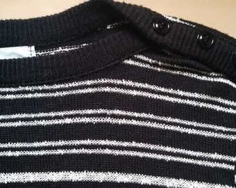The STRIPES boatneck black and white textured 70s Ladies Longsleeve Sweater with shoulder BUTTONS and waist hip pull tie