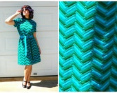 1970s Vintage Turquoise and Emerald Chevron Shift Dress High Collar Short Sleeve Matching Belt Day Dress M/L