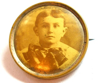 1900s Photo brooch, Edwardian child with large bow. Photograph mourning button.