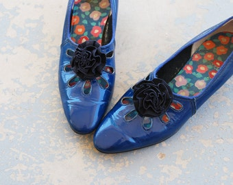 vintage 60s Shoes - Mod Navy Blue Patent Leather Kitten Heels 1960s Cut Out Flower Pumps Sz 6 37