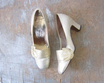 60s gold shoes, vintage 1960s gold glitter pumps, metallic gold mod heels, size 5.5 shoes