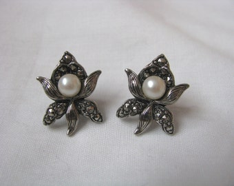 Lovely vintage Avon silver tone flower post back earrings with faux pearl center