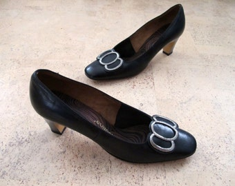 80s Black Leather Shoes Jacqueline PUMPS Heels size 8.0 N EUR 38 Narrow EUR Hammered Metal Hardware Excellent
