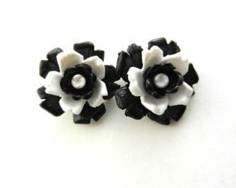 Fantastic Earrings 1960s original - 3D flowers in black and white acrylic -clips Earrings very glam- Art.321/3--