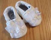 white lace baby girl's shoes size newborn (1-2)