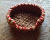 Little dog basket - knitted in wool with colour rim