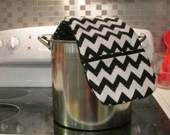 Black and White Chevron oven mitt