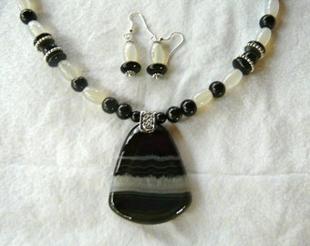 Black  Onyx and White Agate Necklace with Pendant and Earrings