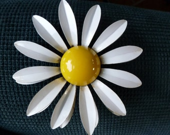 Big, Joyful, Daisy Pin, Metal, 3-Dimensional Petals