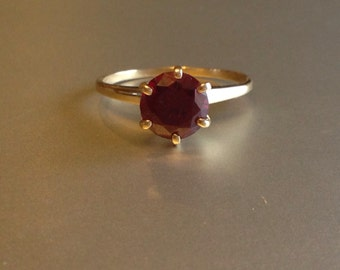 Vintage solid 10 KT yellow gold and garnet solitaire ring