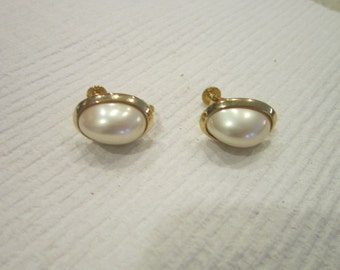 Lovely vintage Faux Pearl Cabochon screw back clip on Earrings