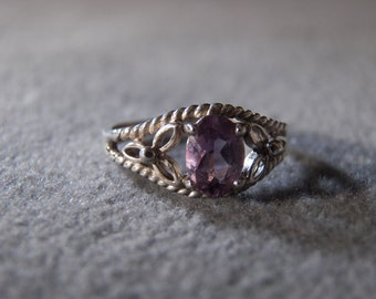 vintage sterling silver fashion ring with large oval amethyst and detailed split rope setting, size 5    M