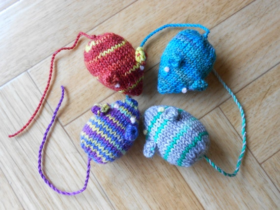 Amigurumi Mouse Cat Toy : Mouse cat toys Homemade knit amigurumi mice by ...